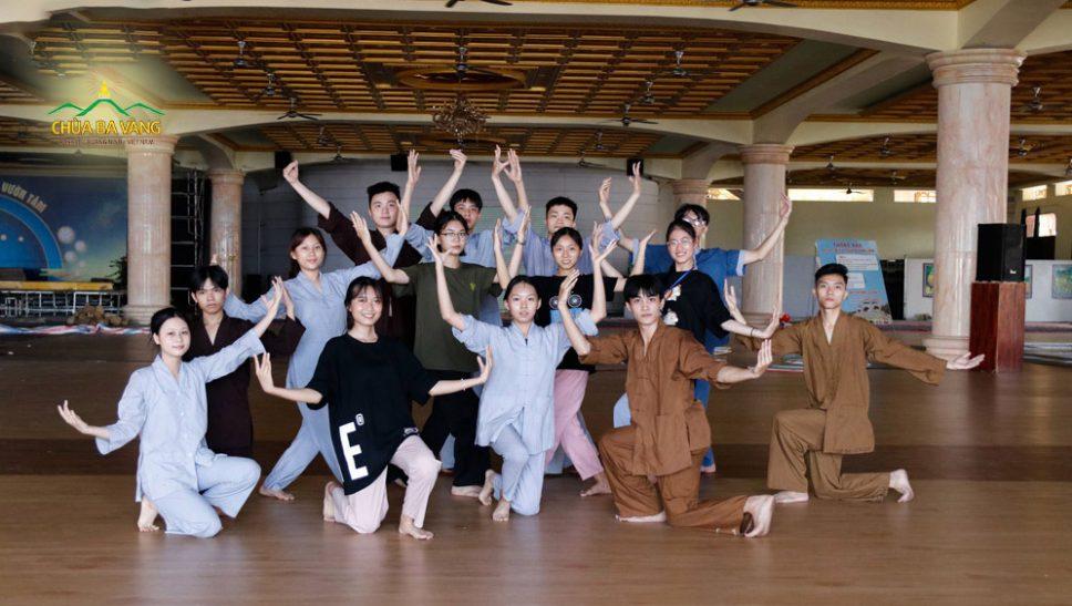 Các bạn trẻ trong ban Tài Năng CLB Tuổi Trẻ Ba Vàng đang tập luyện một tiết mục múa cho đêm khai mạc Khóa tu mùa hè