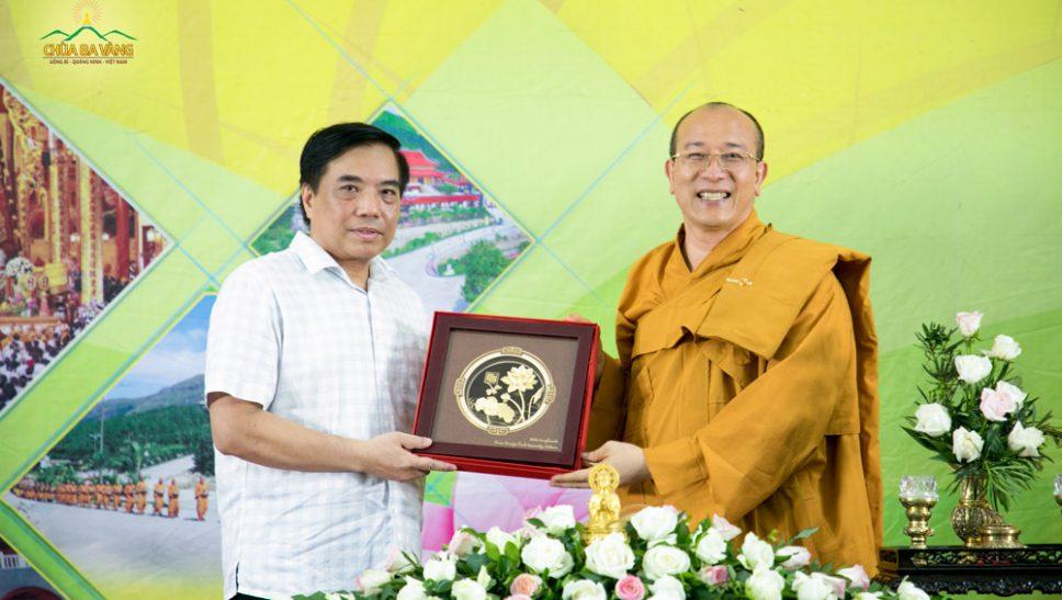 Hiệu trưởng trường Đại học Ngoại thương - PGS.TS Bùi Anh Tuấn tặng bức tranh kỷ niệm nhân buổi gặp gỡ Sư Phụ Trụ trì chùa Ba Vàng