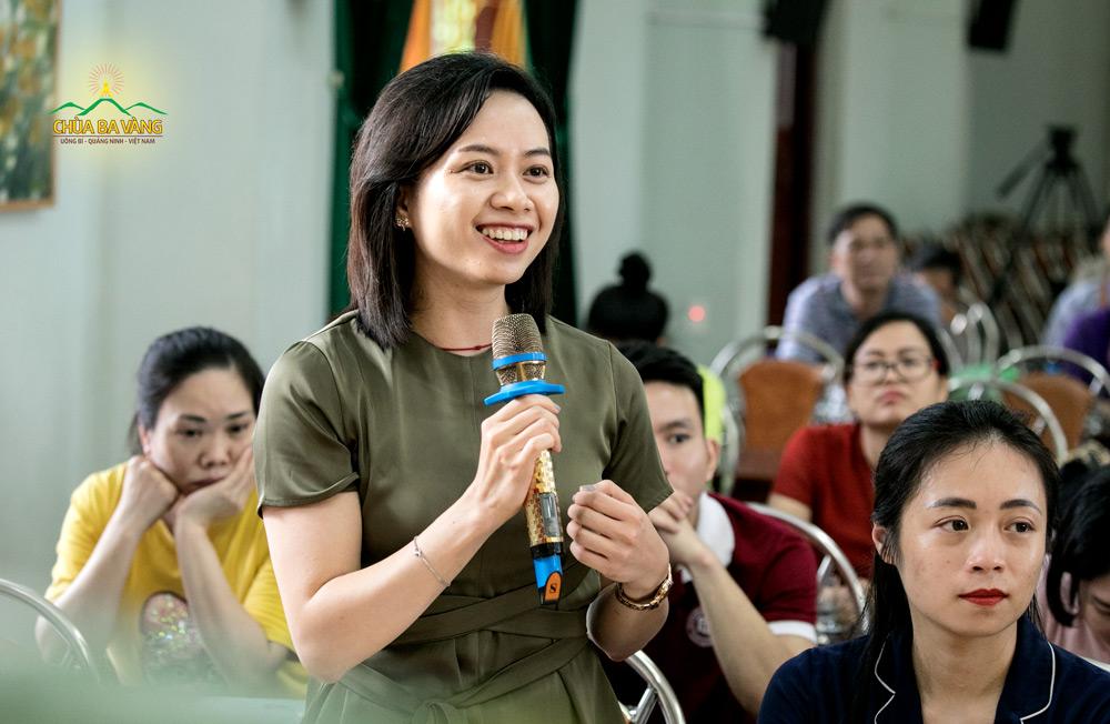 Thành viên trong đoàn trường Đại học Ngoại thương đặt câu hỏi trong buổi giao lưu