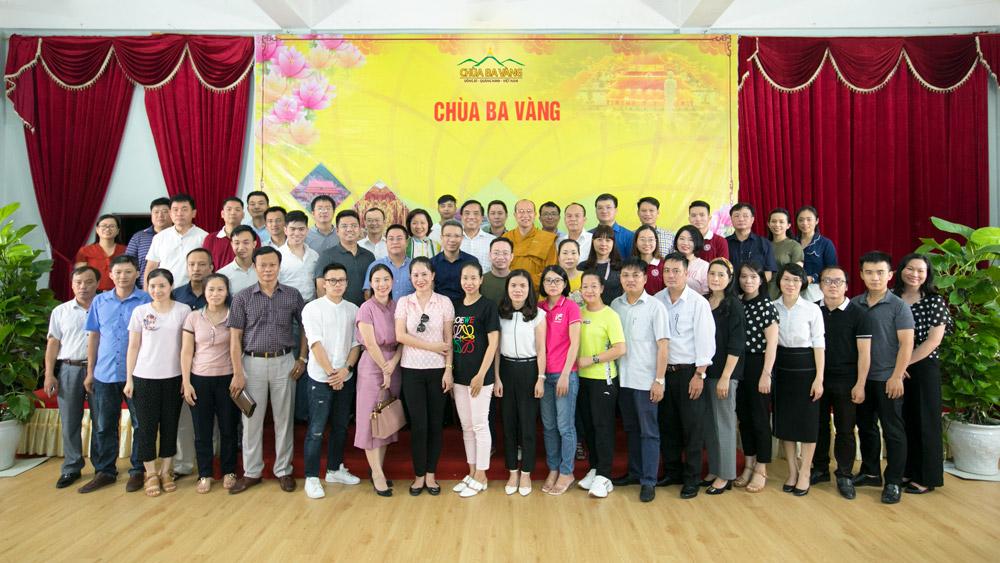 Hiệu trưởng trường Đại học Ngoại thương - PGS. TS. Bùi Anh Tuấn cùng phái đoàn thăm chùa Ba Vàng