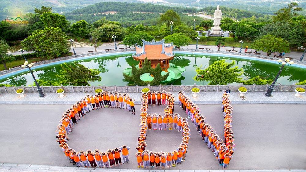 Những màu áo cam tình nguyện đã sẵn sàng chào đón các khóa sinh Khóa tu mùa hè chùa Ba Vàng lần 1 - 2020