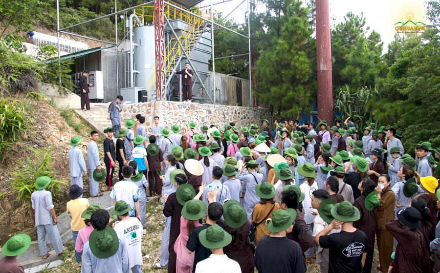 Thành viên Ban điều hành giới thiệu cho các bạn tình nguyện viên về nhà máy sản xuất nước của chùa