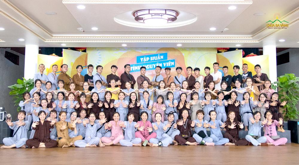Các tình nguyện viên chụp hình lưu niệm trong buổi tập huấn