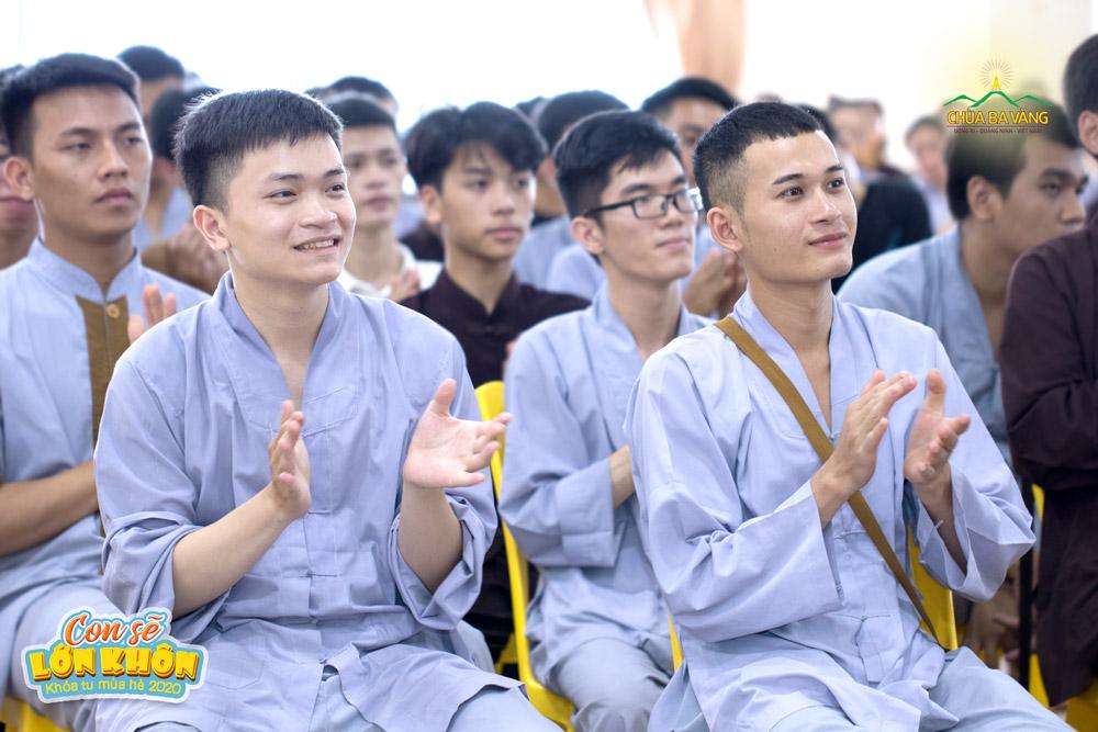 Tình nguyện viên Lê Thanh Hà (hàng đầu tiên bên trái) cùng các bạn tham gia buổi tập huấn
