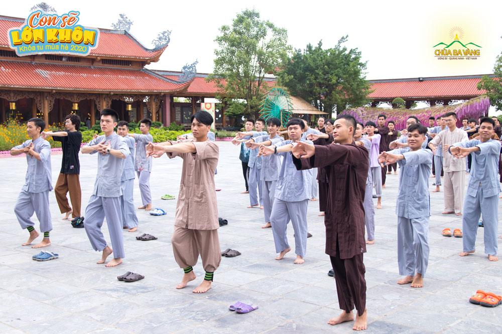 Bạn Tạ Văn Phúc (Đầu tiên bên trái) trong thời khóa tập thể dục buổi sáng tại chùa