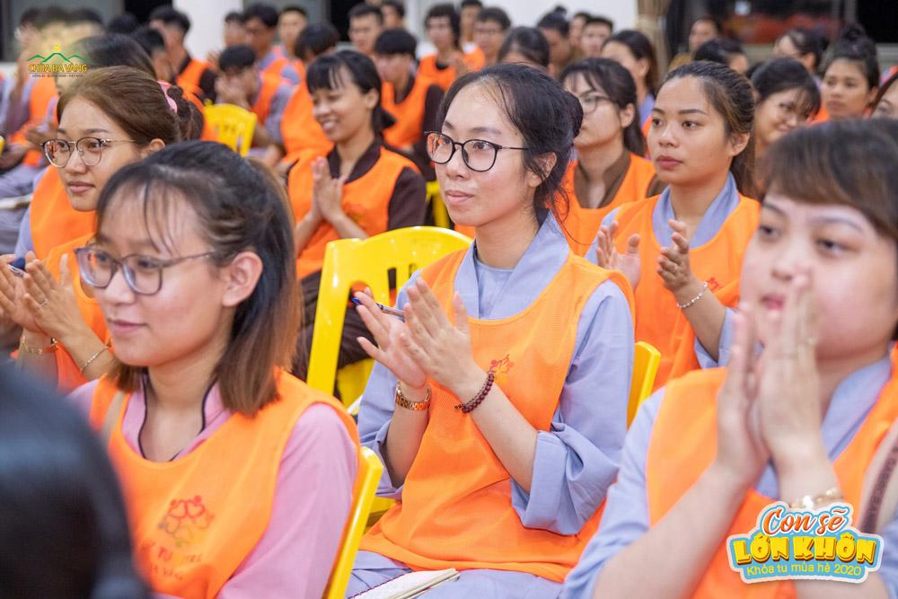 Bạn Trình Minh Anh (đeo kính ngồi chính giữa) trong buổi sinh hoạt chung