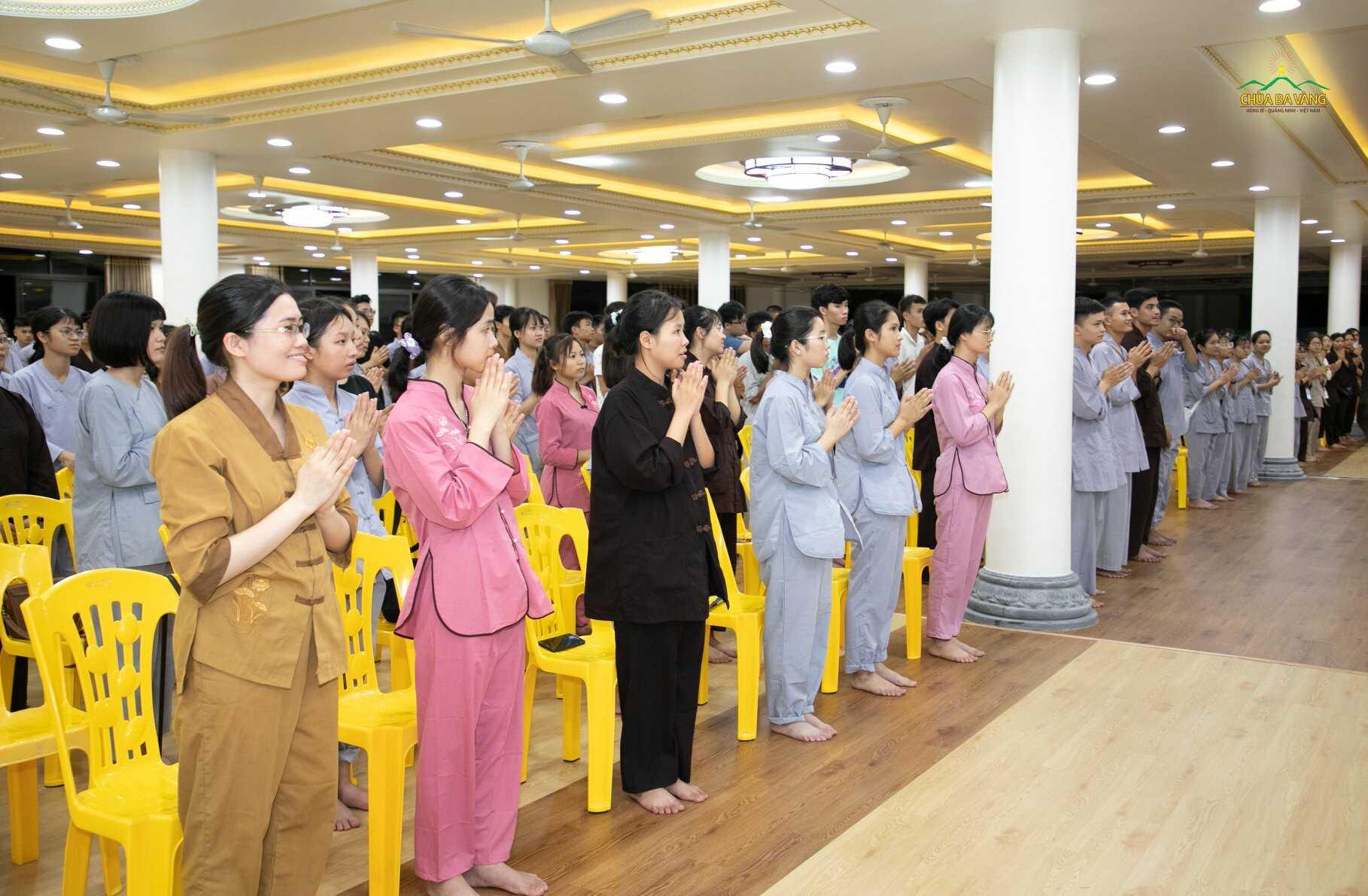 Các bạn tình nguyện viên rất vui khi được Sư Phụ và Ban lãnh đạo trường đại học Ngoại Thương đến thăm