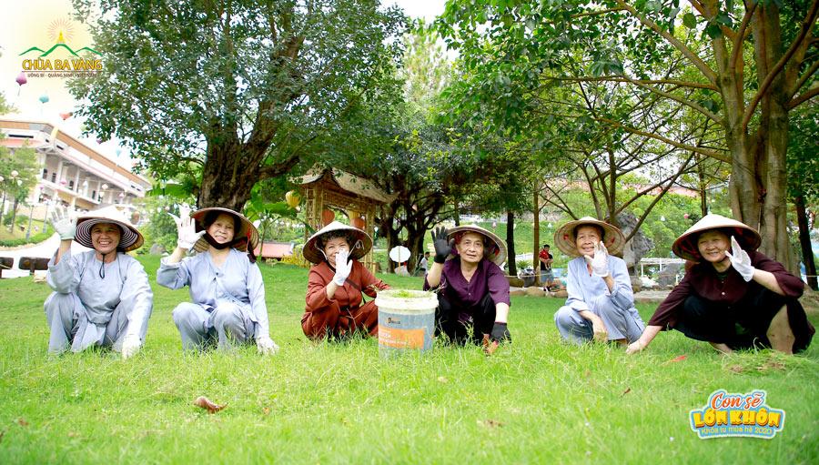 Các cô bác Phật tử Ban cây cảnh hoan hỷ khi được góp sức mình làm đẹp cảnh chùa chào đón Khóa tu mùa hè