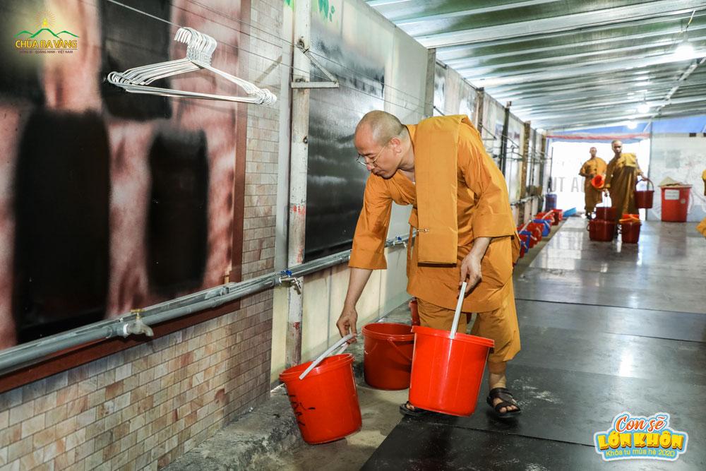 Sư Phụ trực tiếp kiểm tra khu vực tắm giặt của các khóa sinh trong khóa học hè