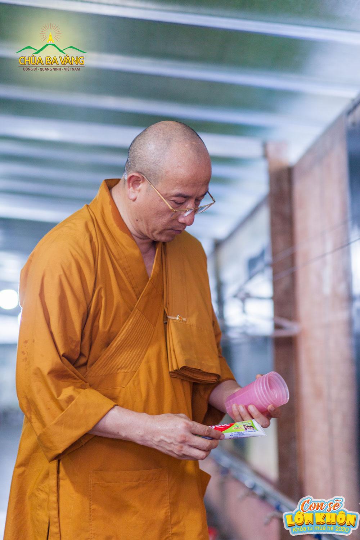 Sư Phụ Thích Trúc Thái Minh kiểm tra cốc và kem đánh răng cho các bạn khóa sinh