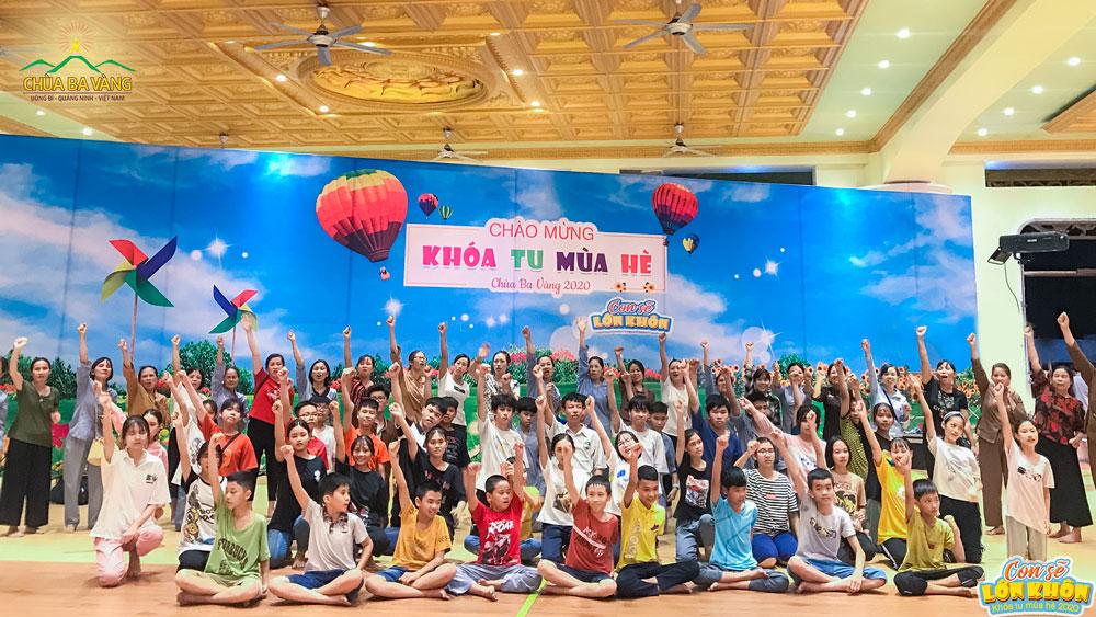 """Đông đảo bạn trẻ cùng gia đình đã có mặt tại """"Nhà lớn Ba Vàng"""" sẵn sàng tham dự Khóa tu mùa hè lần I - 2020"""