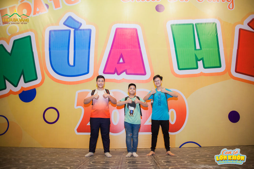 Bạn Hoàng Quốc Trường (áo xanh ngoài cùng bên phải) chụp ảnh kỷ niệm với các bạn trước ngày diễn ra Khóa tu mùa hè