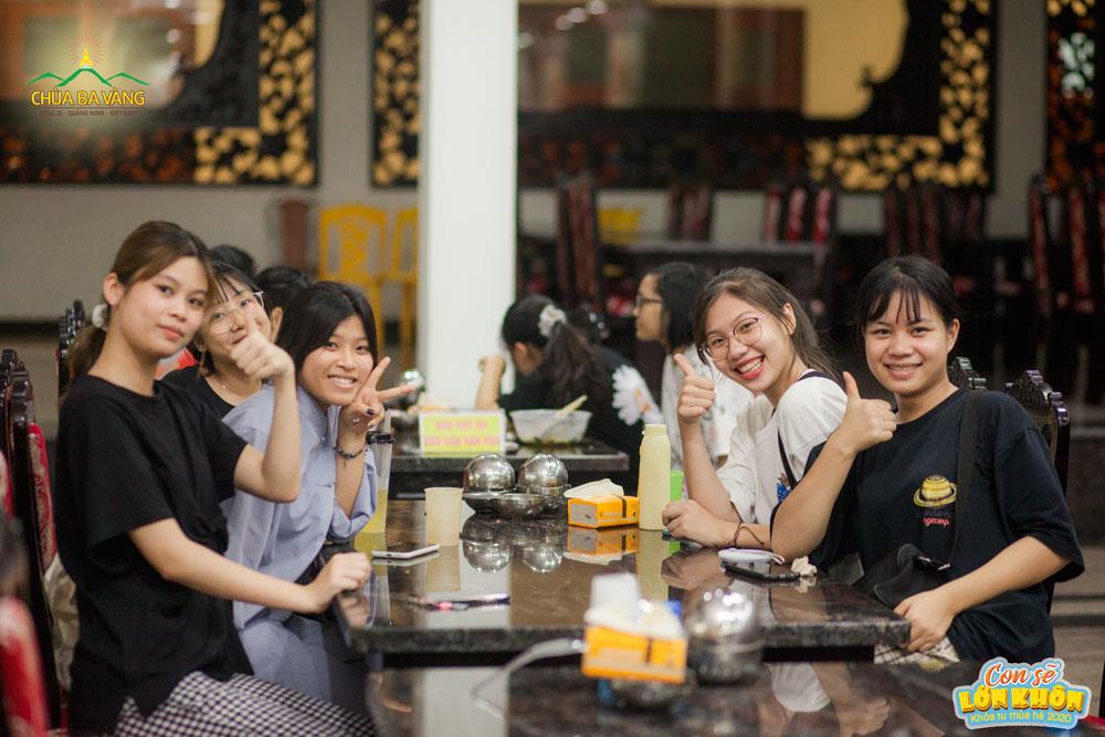 """Niềm vui của các bạn trẻ khi được thưởng thức bữa ăn tối tại """"ngôi nhà chung"""""""
