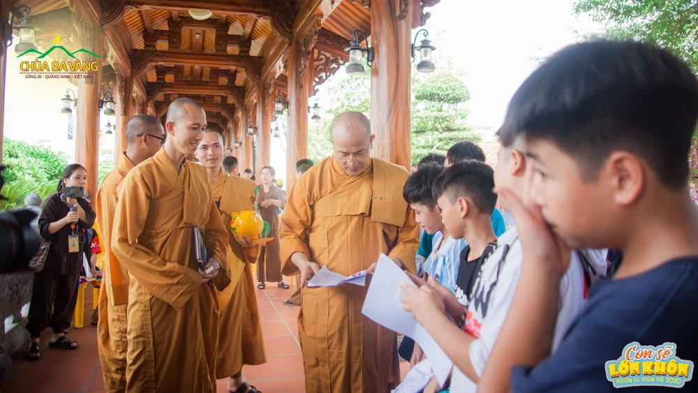 Các bạn trẻ nhận được sự quan tâm từ Sư Phụ và chư Tăng trong ngày ghi danh Khóa tu mùa hè lần I - 2020