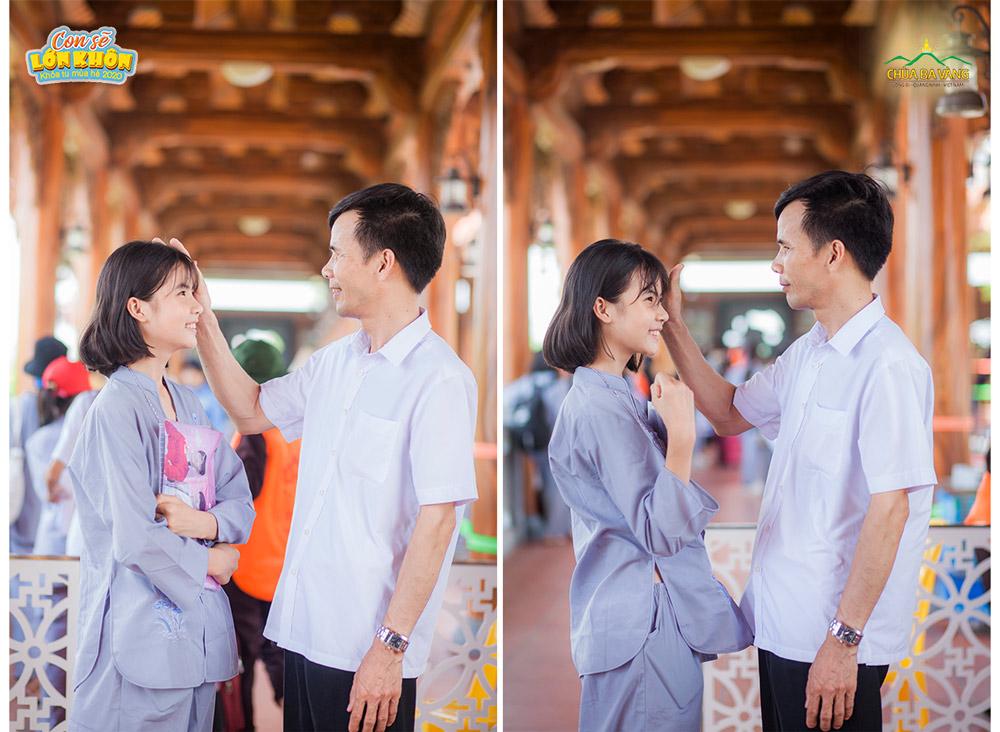 Khoảnh khắc cha nhìn con gái đầy yêu thương khi dẫn con đến đăng ký tham dự khóa học hè