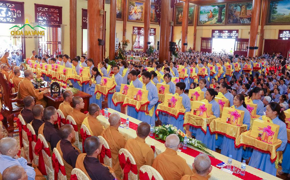 Các Phật tử thành tâm sắm sửa vật phẩm dâng lên cúng dường Tam Bảo trong Đại lễ vu Lan chùa Ba Vàng 2018