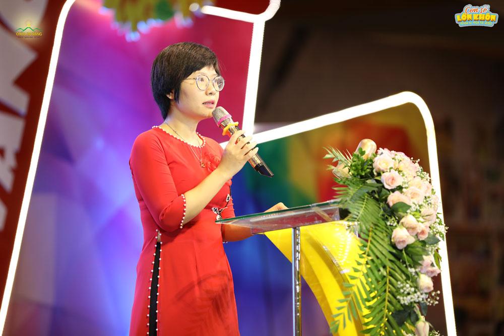 Cô Vũ Thị Kim Oanh - đại diện phụ huynh của các bạn khóa sinh phát biểu cảm nghĩ của mình trong buổi lễ khai mạc Khóa tu mùa hè lần I