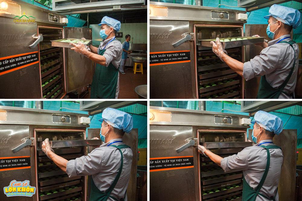 """Những chiếc bánh bao """"Hạnh Phúc"""" được xếp ngay ngắn trong khay và đưa vào lò hấp"""