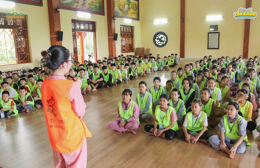 Tình nguyện viên giao lưu với các khóa sinh