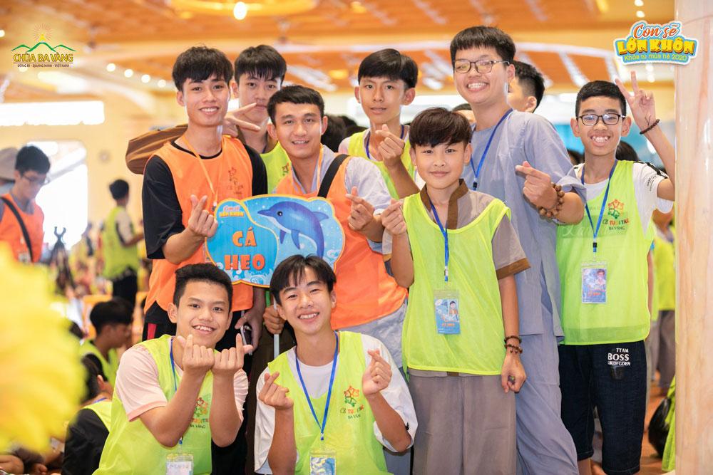 Các tình nguyện viên và khóa sinh nhóm Cá heo chụp ảnh cùng nhau tại nơi diễn ra buổi sinh hoạt chung của Khóa tu mùa hè