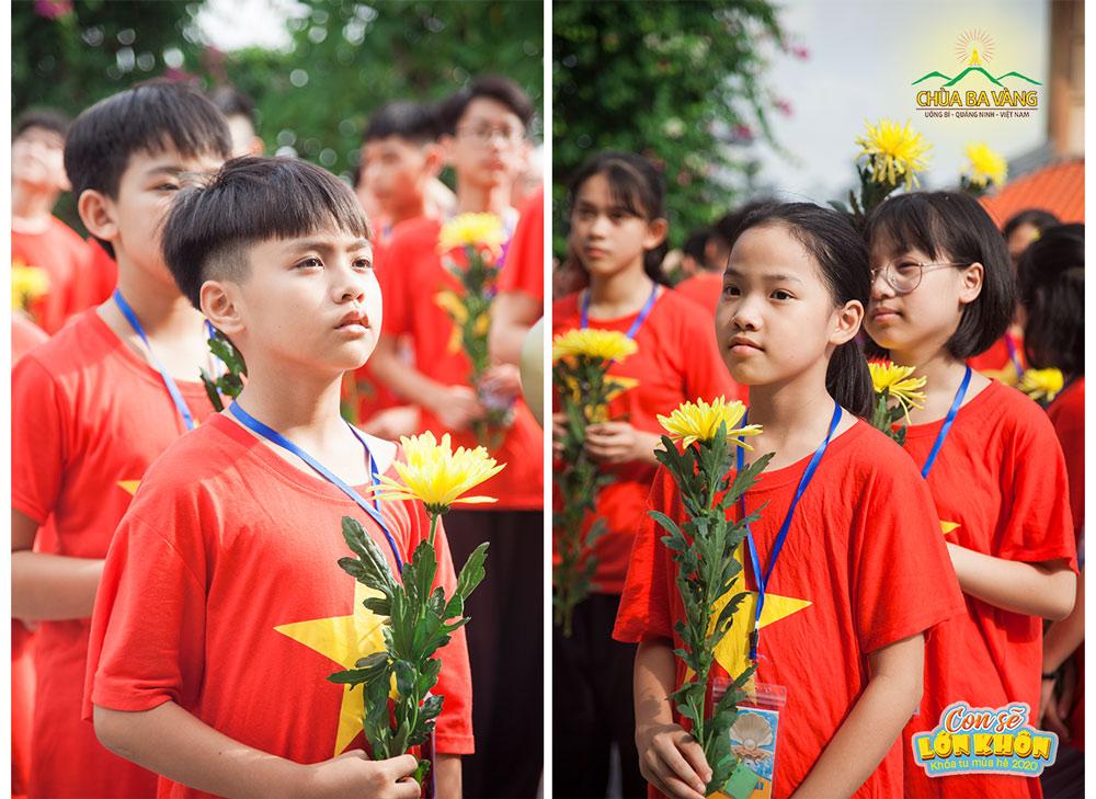 Các bạn khóa sinh mang theo những đóa hoa cúc tươi thắm tiến vào Đền thờ liệt sĩ