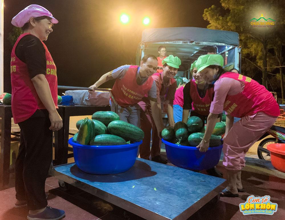 Các cô bác Phật tử hoan hỷ vận chuyển từng trái dưa hấu để chuẩn bị cho các khóa sinh tham gia khóa học hè