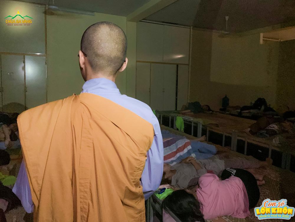 Quý Sư Cô tới thăm khu vực ngủ của các khóa sinh nữ tại nhà Cong
