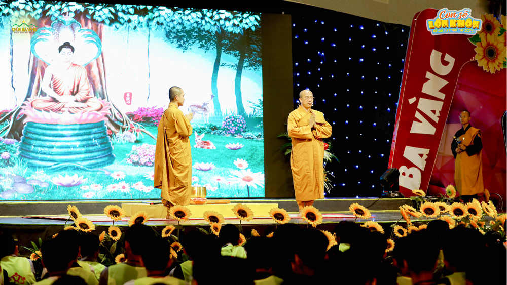 Sư Phụ Thích Trúc Thái Minh hướng dẫn các bạn khóa sinh về cách lễ Phật