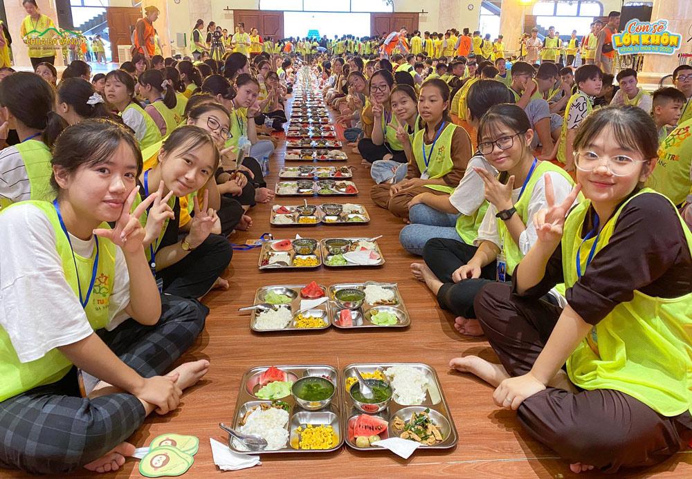 Bữa cơm trưa thứ hai của các khóa sinh tại ngôi nhà chung