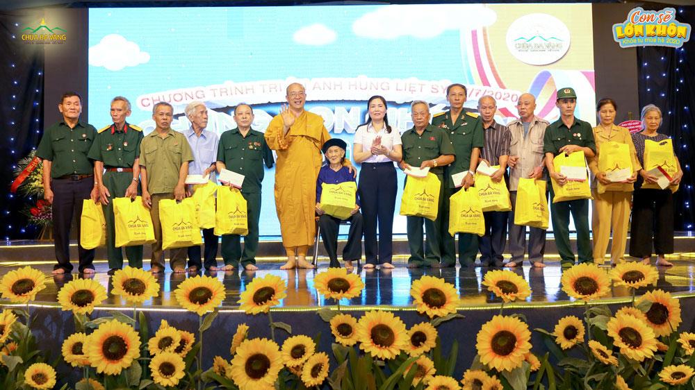 Sư Phụ Thích Trúc Thái Minh tặng quà cho các bà mẹ Việt Nam anh hùng và các cựu chiến binh có mặt trong buổi lễ