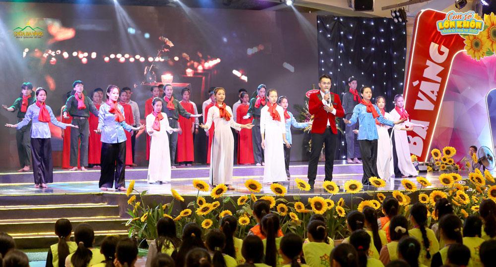"""Tiết mục múa hợp xướng """"Linh thiêng Việt Nam"""" với sự thể hiện của ca sĩ Trường Linh trong đêm kỷ niệm ngày thương binh liệt sĩ"""
