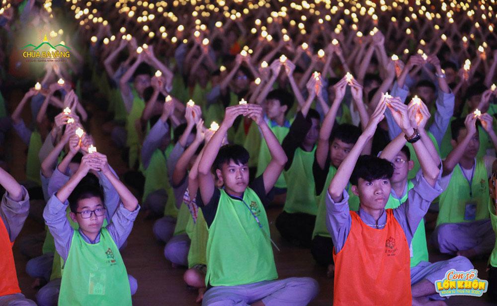 """Màn đồng diễn """"Màu hoa đỏ"""" của hơn 3000 khóa sinh trong đêm tri ân Anh hùng liệt sĩ tại chùa Ba Vàng"""