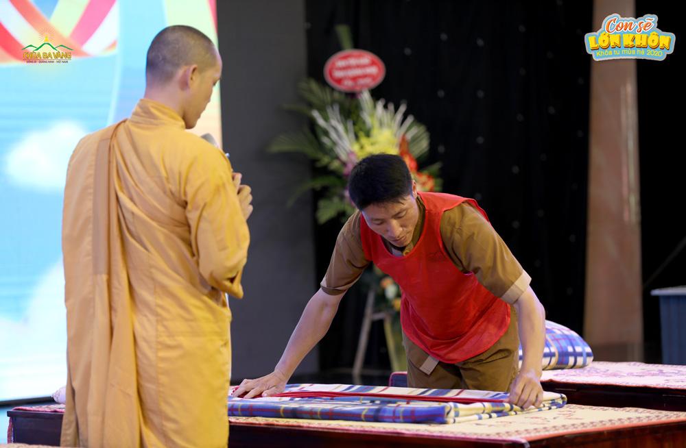 Chú Phan Anh hướng dẫn các bạn khóa sinh gấp chăn dưới sự chỉ dạy của quý Thầy