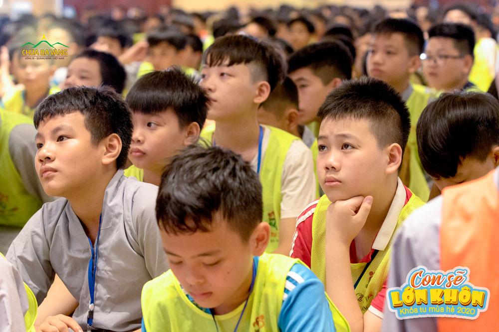 Khóa sinh chăm chú lắng nghe những lời giảng từ Sư Phụ Thích Trúc Thái Minh