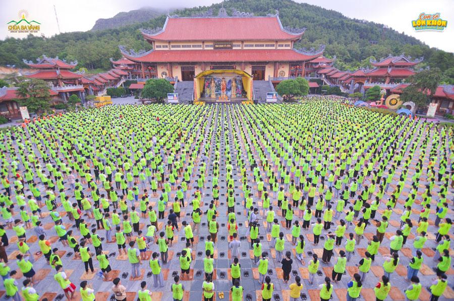 hơn 3000 em khóa sinh đã được tham gia thời khóa lễ Phật và ngồi thiền tại sân Chính điện