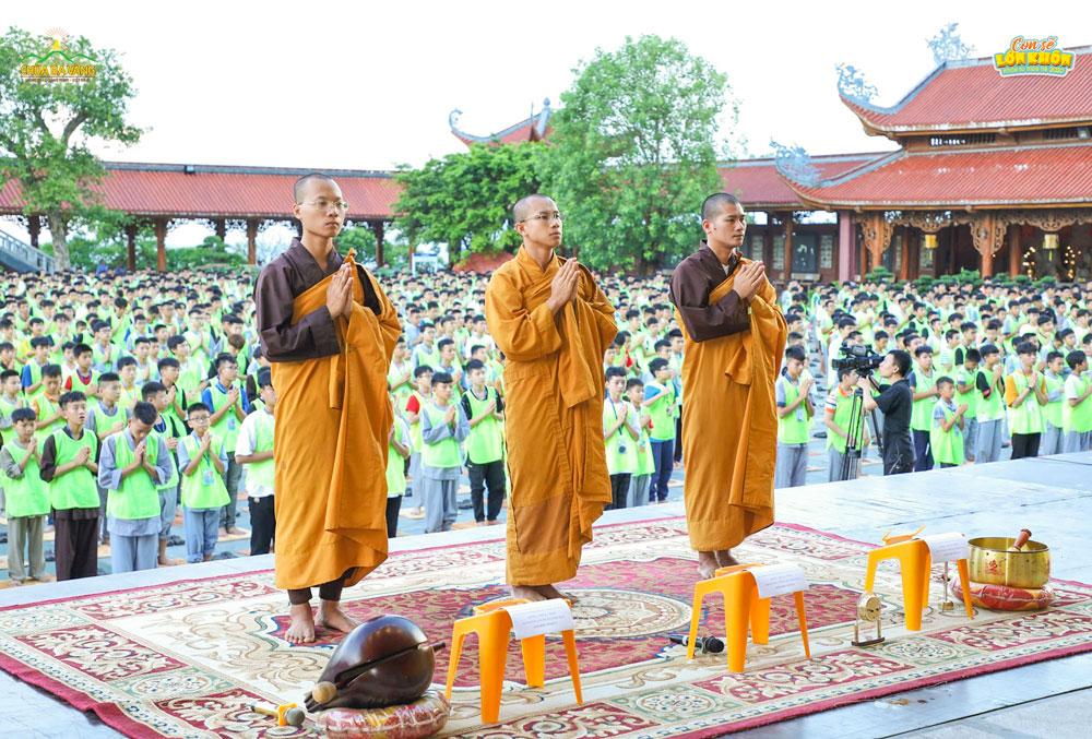 Thời khóa lễ Phật và ngồi thiền được các Quý Thầy hướng dẫn