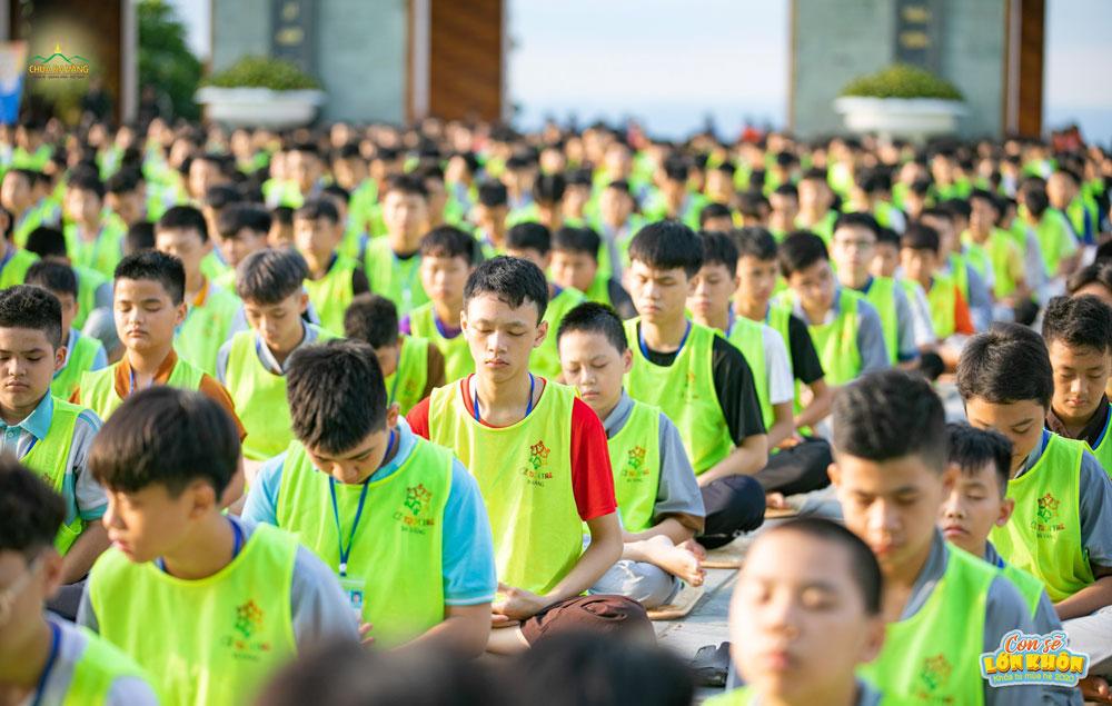 Các em khóa sinh được thực hành ngồi thiền tại sân Chính điện