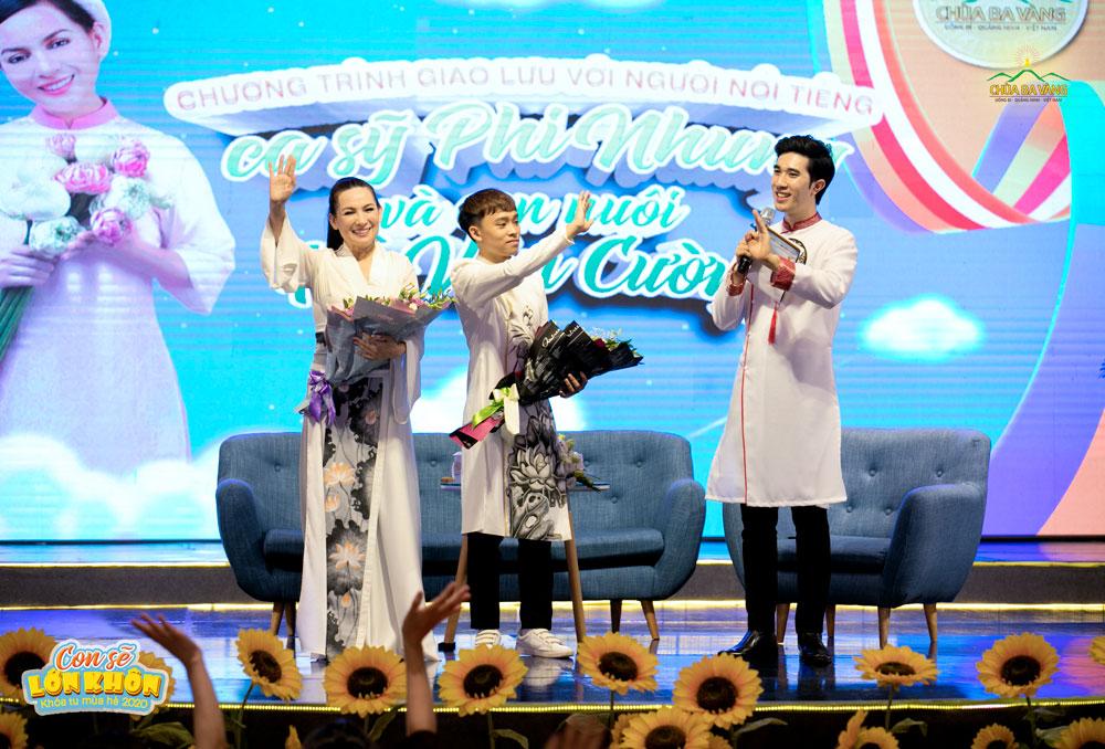Kết thúc buổi giao lưu của ca sĩ Phi Nhung và Hồ Văn Cường gửi lời chúc tốt đẹp đến các bạn khóa sinh