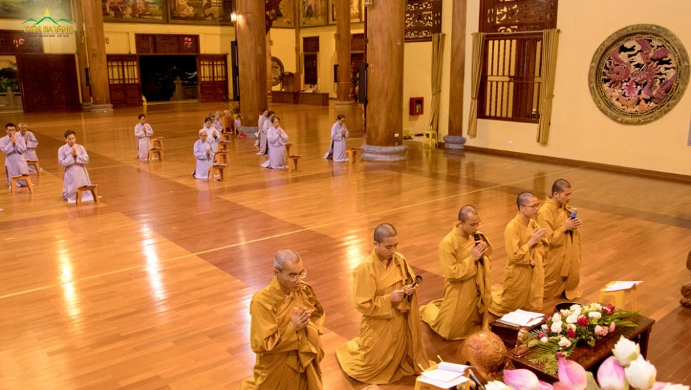 Chư Tăng và các Phật tử đang sinh hoạt và tu tập chùa Ba Vàng trong thời khóa công phu tụng kinh Quán Âm Quảng Trần