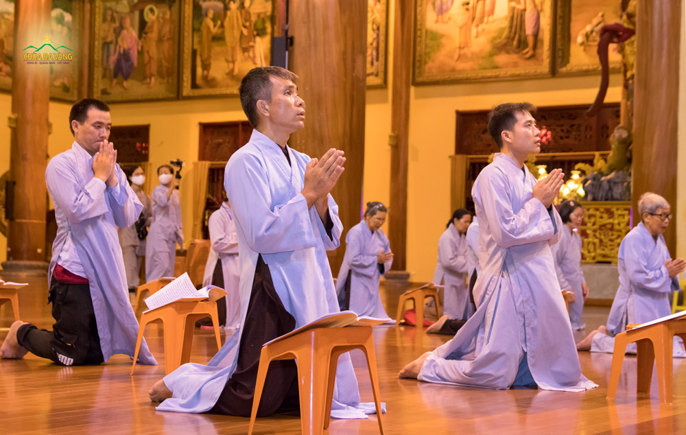 Phật tử chắp tay trang nghiêm hướng về ngôi Tam Bảo để đảnh lễ Đức Bồ tát Quán Thế Âm và tụng đọc kinh Quán Âm Quảng Trần