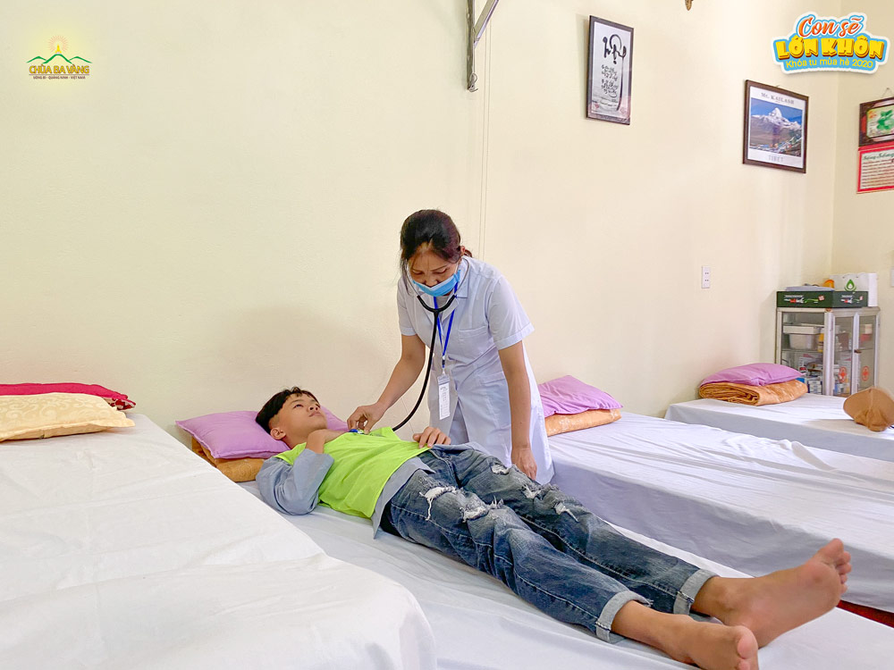 Phật tử Ban y tế ân cần chăm sóc khóa sinh Khóa tu mùa hè