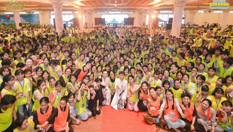 Ca sĩ Phi Nhung và con trai Hồ Văn Cường chụp ảnh lưu niệm cùng các khóa sinh Khóa tu mùa hè chùa Ba Vàng