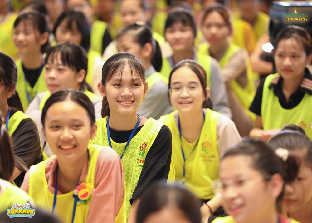 Các bạn khóa sinh lắng nghe những chia sẻ của ca sĩ Phi Nhung và con trai Hồ Văn Cường