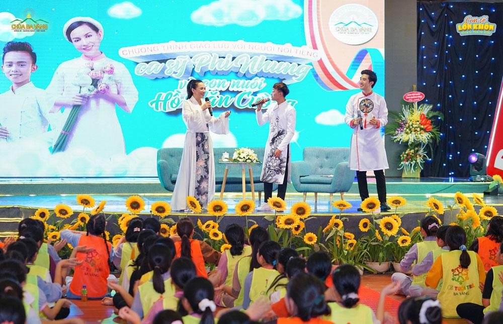 Ca sĩ Phi Nhung cùng con trai Hồ Văn Cường lần đầu biểu diễn song ca tại sân khấu Khóa tu mùa hè chùa Ba Vàng