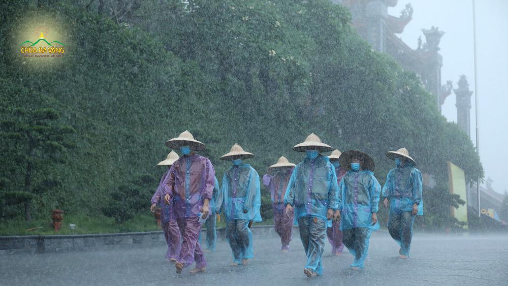 Cơn mưa nặng hạt chẳng thể cản được bước chân của người tu sĩ kinh hành vì lợi ích của chúng sinh