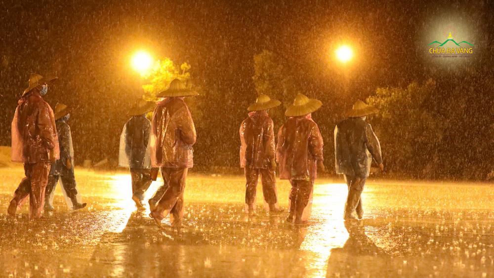 Mặc trời mưa bão, chư Tăng vẫn kinh hành tụng kinh tán dương công đức của Tam Bảo cầu nguyện cho đất nước bình an