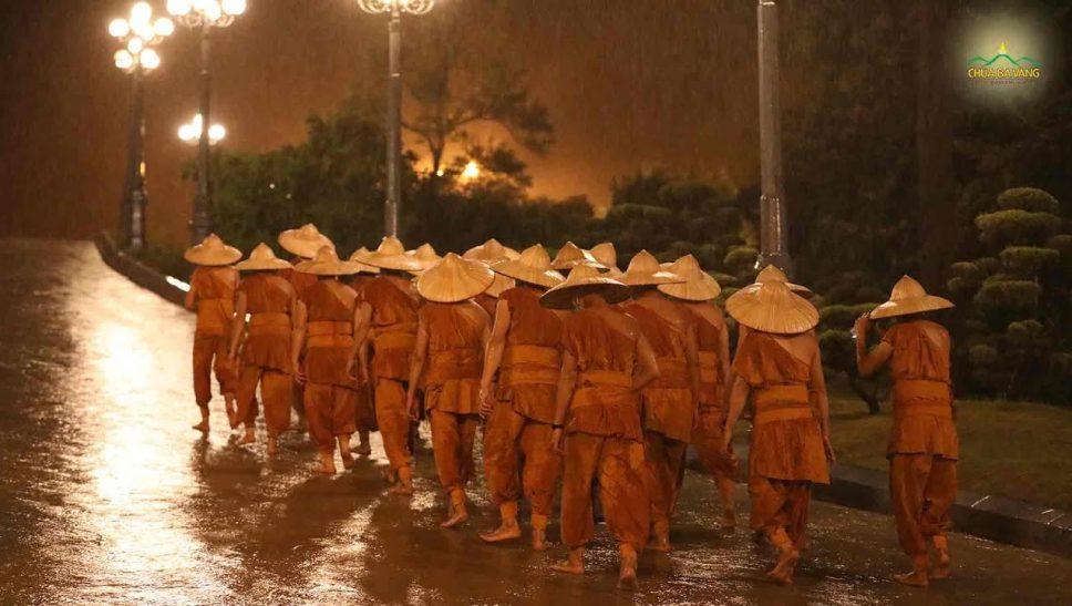 Chư Tăng chùa Ba Vàng kinh hành tụng kinh Tam Bảo hồi hướng cầu nguyện dịch bệnh mau được hóa giải