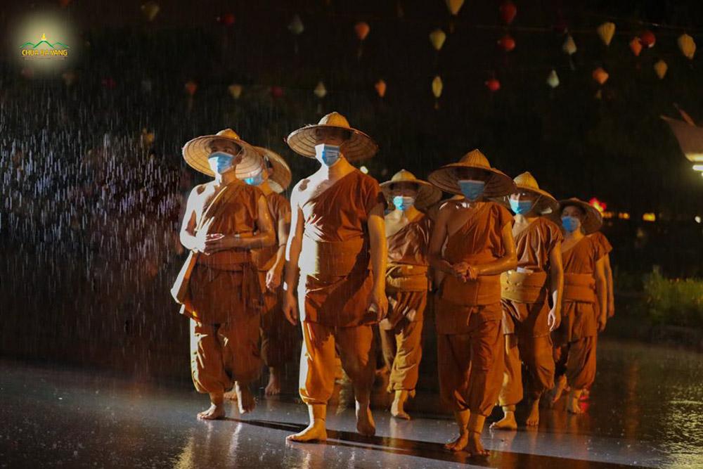 Sư Phụ Thích Trúc Thái Minh cùng chư Tăng chùa Ba Vàng y lời Phật dạy tu tập nguyện cầu hồi hướng hóa giải COVID-19
