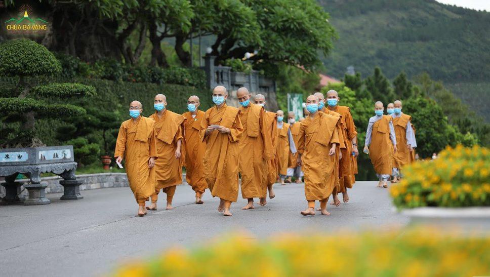 Thời khóa kinh hành tụng kinh Tam Bảo của chư Tăng Ni chùa Ba Vàng cầu nguyện mau hóa giải dịch bệnh