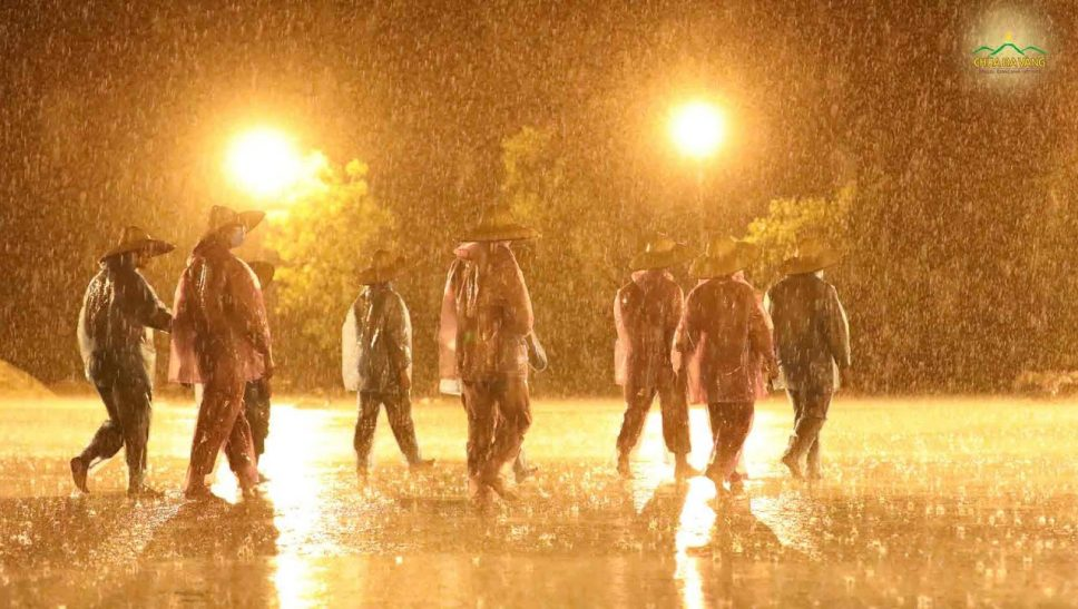 Chư Tăng chùa Ba Vàng kinh hành tụng kinh dưới mưa cầu nguyện dịch bệnh sớm được đẩy lùi